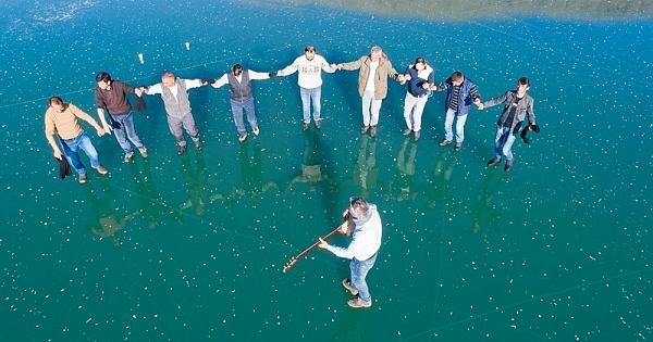Buz tutan Çıldır Gölü'nde buluştular!