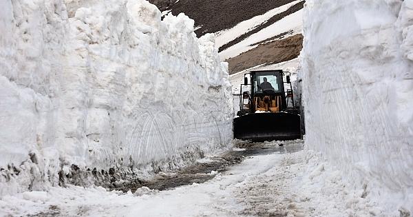 Bahar ayında 10 metrelik kar!