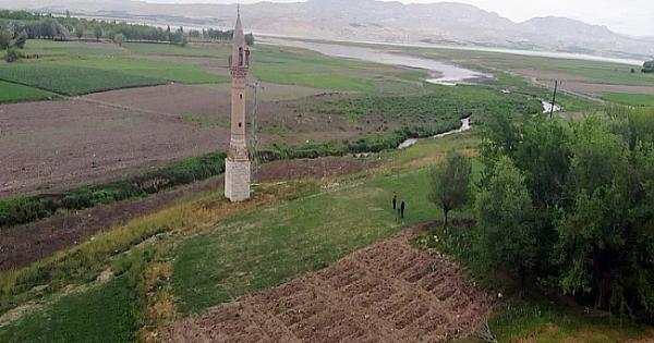 Yalnız minare görenleri şaşırtıyor!