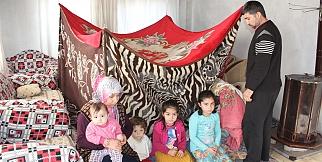 Donmamak için evin içine çadır kurdular