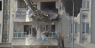 Hasarlı binaların yıkımına başlandı