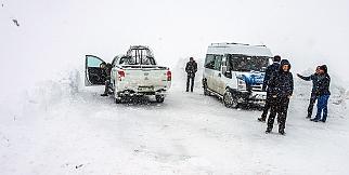 Kar yağışı 300'e yakın mahalle yolunu ulaşıma kapadı