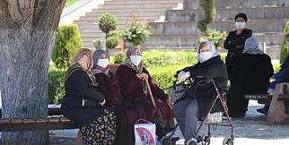 Malatya'da 65 yaş üstü yaşlılar parklara akın etti