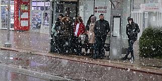 Malatya şehir merkezine mevsimin ilk karı yağdı