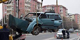Otomobil refüje çarptı: 1 ağır yaralı