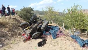 Freni tutmayan traktör uçuruma düştü: 2 yaralı