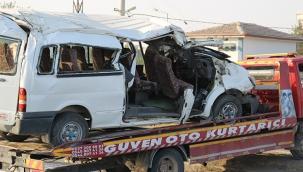Hızını alamadı beton direğe çarptı: 2 ölü, 6'sı ağır 20 yaralı