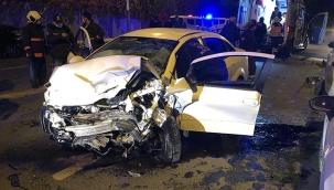 İki araç kafa kafaya çarpıştı: 1'i ağır 5 yaralı