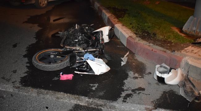 Otomobille çarpışan motosiklet hurdaya döndü