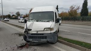 Minibüs aydınlatma direğine çarptı: 1 yaralı