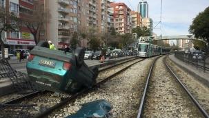 Otomobil tramvay yoluna takla attı