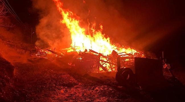 Alevlere teslim olan ahşap ev kül oldu