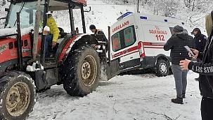 Ambulans traktörle kurtarıldı