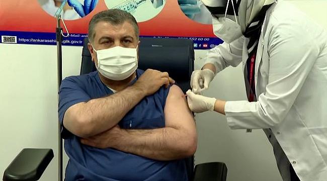 Bakan Koca canlı yayında aşı oldu!