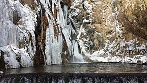 Dondurucu soğukta şelale buz kesti