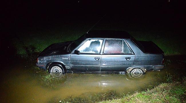 Otomobil su dolu tarlaya uçtu