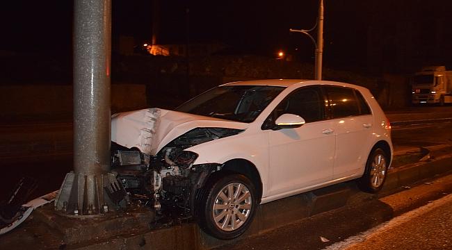 Otomobil yön tabela direğine çarptı