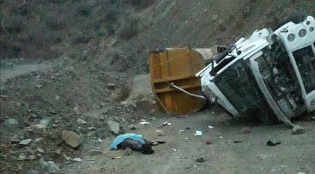 Şarampole devrilen tırın sürücüsü öldü
