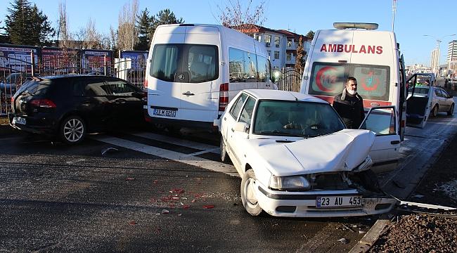 Zincirleme kazaya 18 araç karıştı