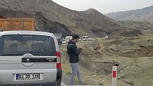 Dev kayalar yolu trafiğe kapattı!