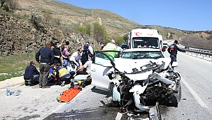 Otomobil tıra çarptı: 3'ü ağır 5 yaralı