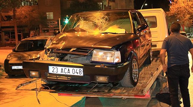 Otomobil tıra çarptı: 4 yaralı