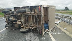 Refüje çarpan kamyonet devrildi!