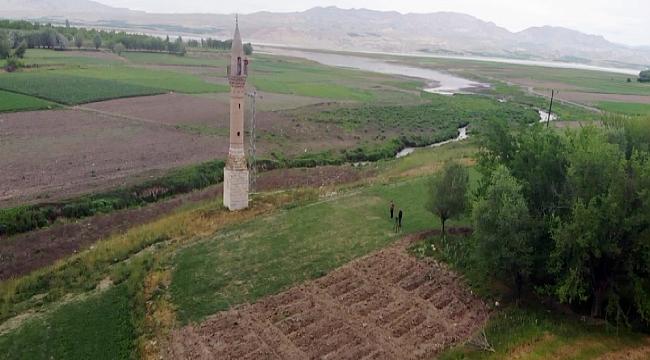 Yalnız minare yıllara meydan okuyor
