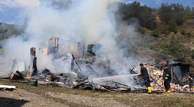 Amasya'da bir ev yanarak kül oldu