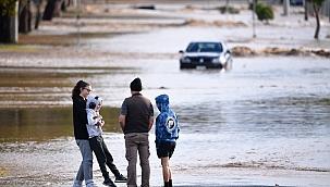 Avustralya'yı rüzgar ve sel vurdu