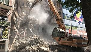 Depremde zarar gören bina yıkıldı
