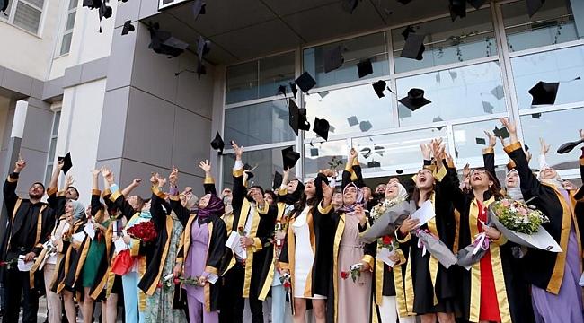 Eczacılık öğrencilerinden mezuniyet mutluluğu