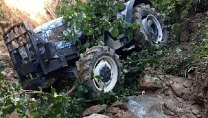 Takla atan traktörün altında can verdi