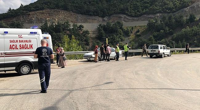 Otomobil bariyerlere çarptı: 4 yaralı!