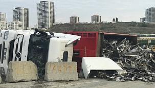 Başakşehir'de hurda yüklü tır devrildi