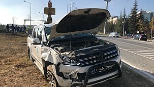 Kamyonet ile ticari araç çarpıştı