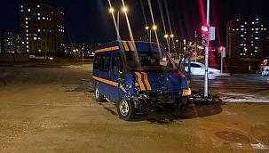 Minibüs ile hafif ticari araç kaza yaptı