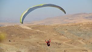 Yamaç paraşütçüleri Palu semalarında