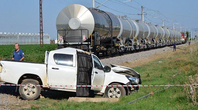 Adana'da yük treni DSİ'nin aracına çarptı: 1 ölü 1 yaralı