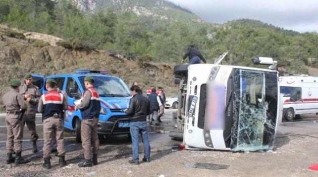 Antalya'da midibüs devrildi: 15 yaralı