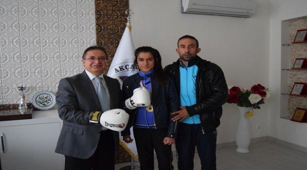 Başkan Kazgan'dan şampiyon boksöre altın ödülü