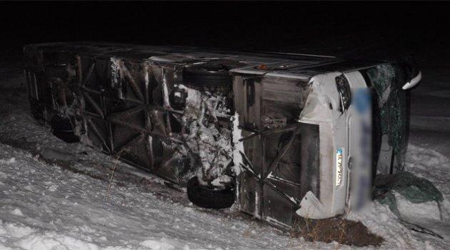 Buzlu yolda trafik kazası: 33 yaralı