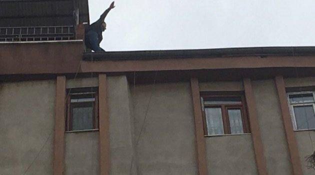 Çatıya çıkıp intihara kalkıştı