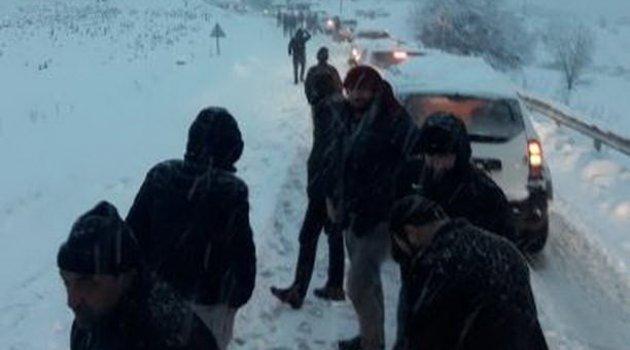 Çelikhan-Malatya karayolunda onlarca araç karlı yolda mahsur kaldı
