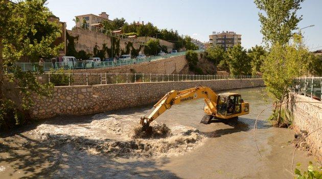 Darende Belediyesi Tohma Çayında temizlik yaptı
