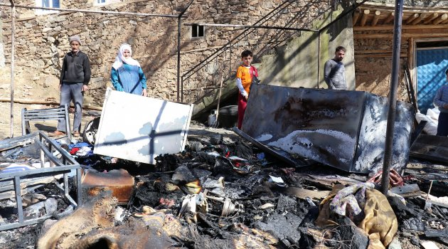 Depremden sonra bir de yangın vurdu
