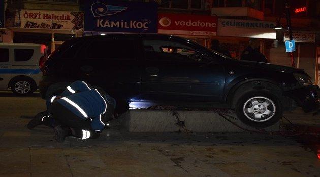 Ehliyetsiz sürücü elektrik trafosunu yerinden söktü