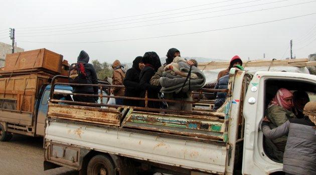 İdlib'den Türkiye sınırına doğru göç devam ediyorlar