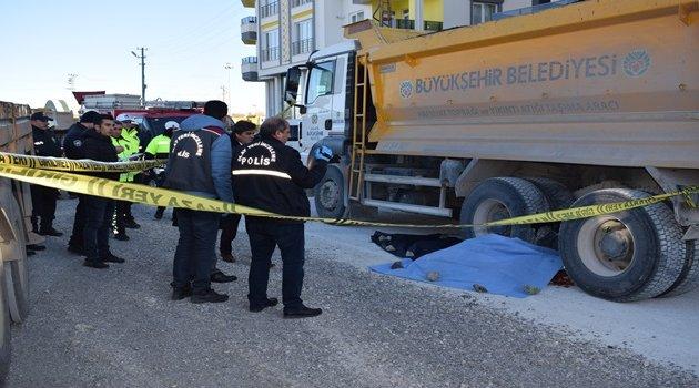 Kamyon belediye işçisini ezdi: 1 ölü