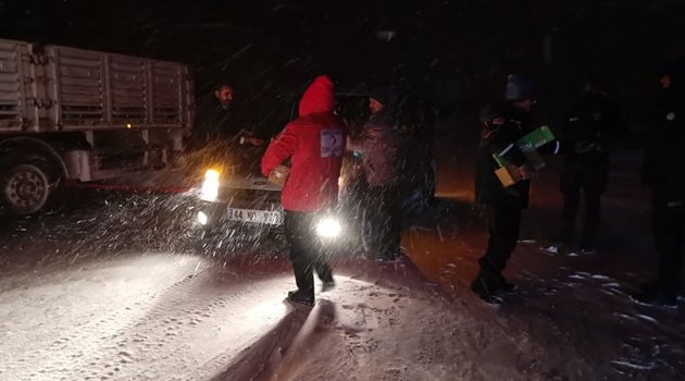 Kar esareti onlarca araç yolda kaldı